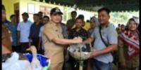 Bupati Serahkan Bantuan Ternak kepada Kelompok Tani Gunung Bandung