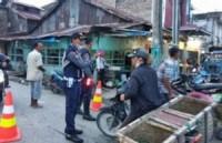 Petugas Gabungan Tertibkan Pedagang Di Tanjung Tiram