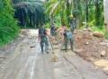 Anggota Satgas TMMD 111 Kodim 0204/DS Terus Timbun Permukaan Badan Jalan