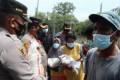 Kapolres Batubara Berikan Bansos Kepada Warga Desa Perupuk