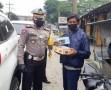 Sat Lantas Polres Sergai Bagikan Nasi Kotak, Mineral dan Masker Kepada Pengguna Jalan